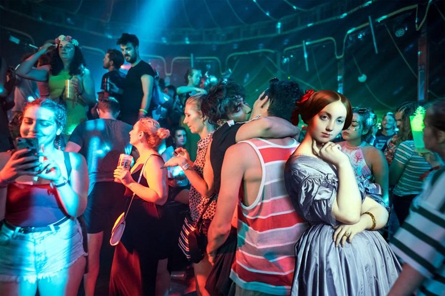 postaci z obrazow na festwialu muzycznym w budapeszcie
