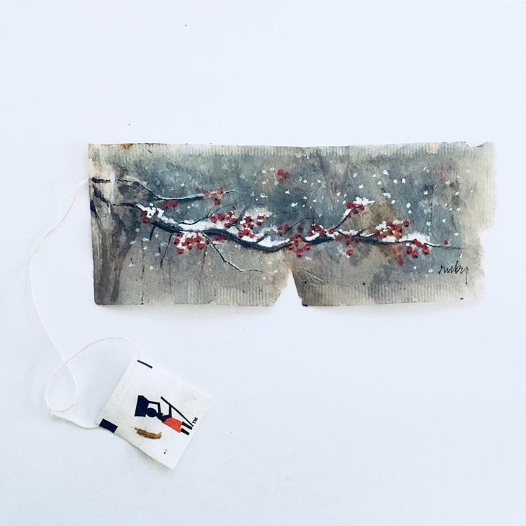 Miniaturowe obrazy Ruby Silvious na torebkach herbaty