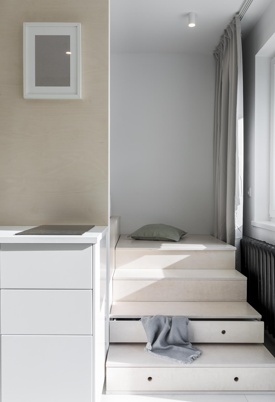 Małe przestrzenie: kawalerka z betonową ścianą w Warszawie