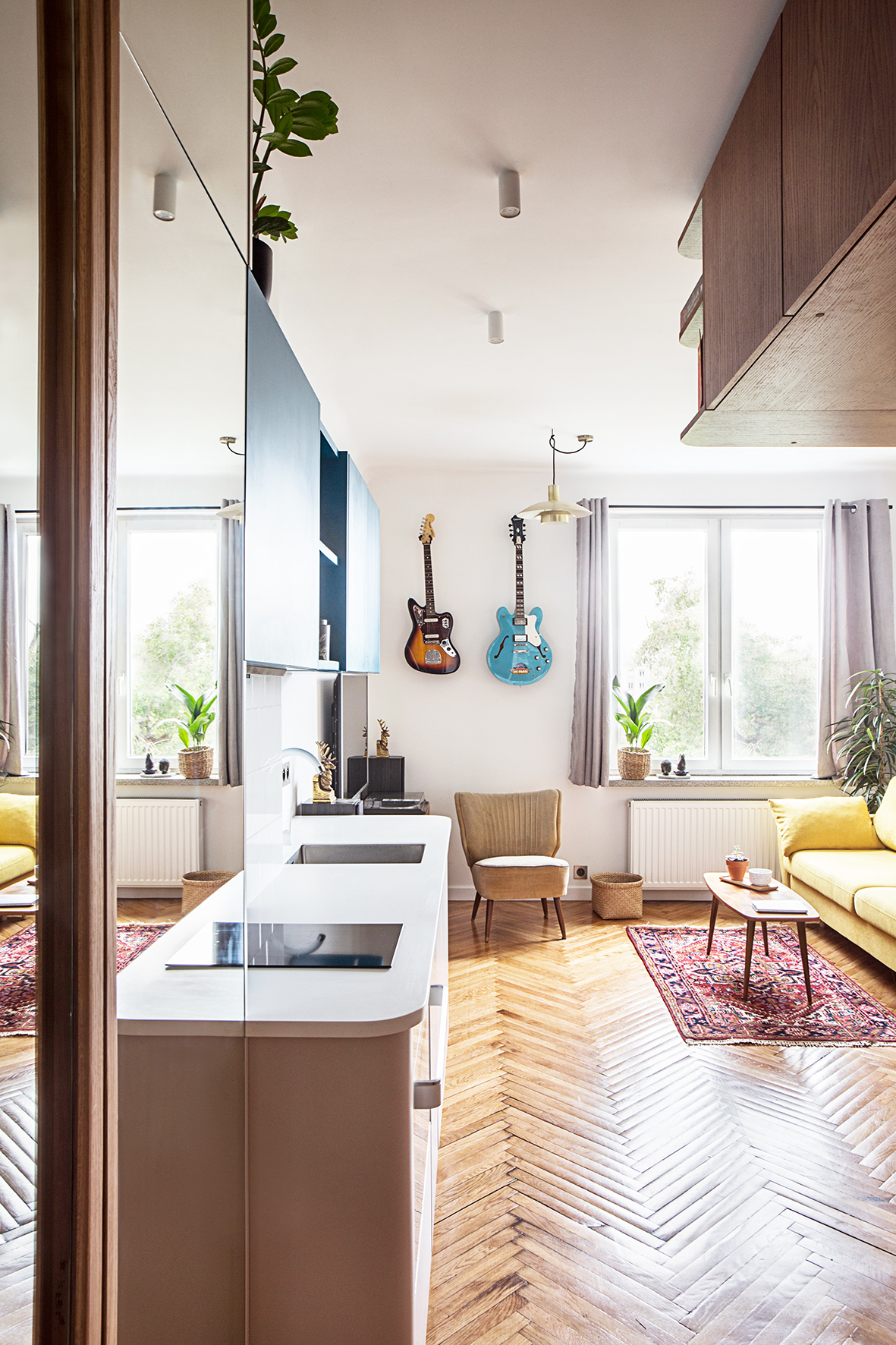 Małe przestrzenie: mieszkanie o powierzchni 18 m² zaprojektowane dla młodego muzyka