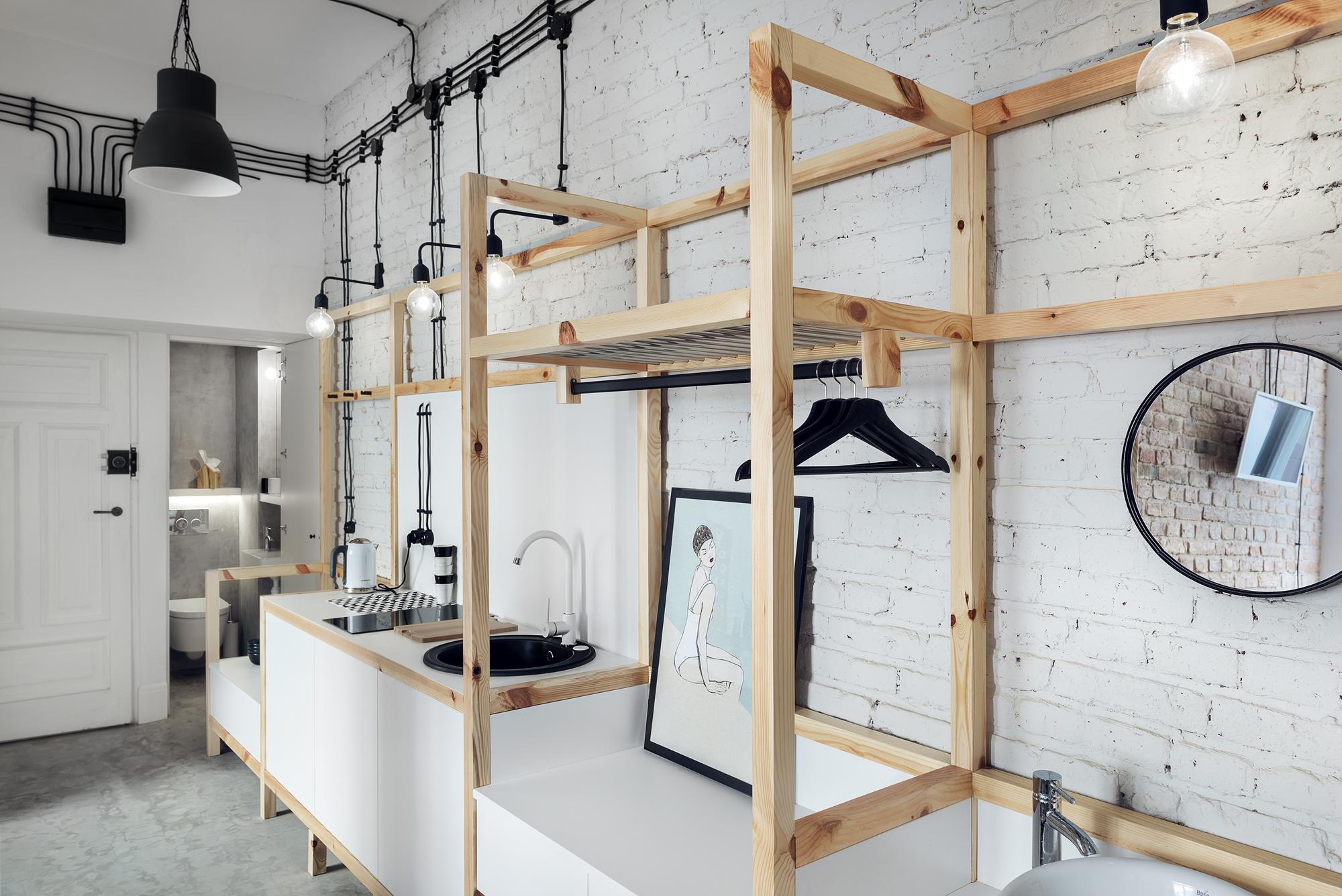 Małe przestrzenie: oryginalny wystrój i funkcjonalna zabudowa – tak wygląda kawalerka w Warszawie