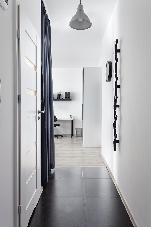 Małe przestrzenie: błękitna kawalerka w Poznaniu o pow. 33 m²